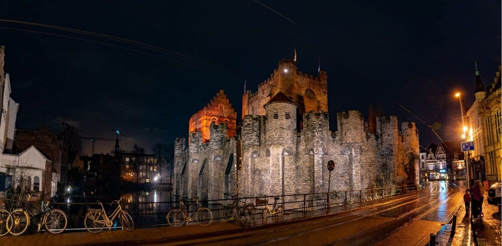 Castle of the Counts at night